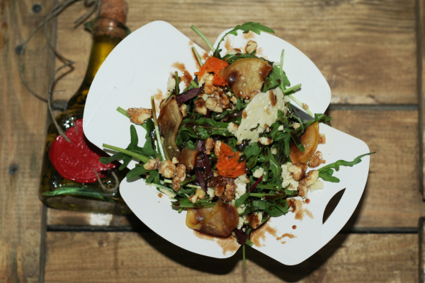 Tango Mix с печёным яблоком сорта Семеренко, овечьим сыром, орехами в карамели  и заправкой на основе свекольного сока и мёда