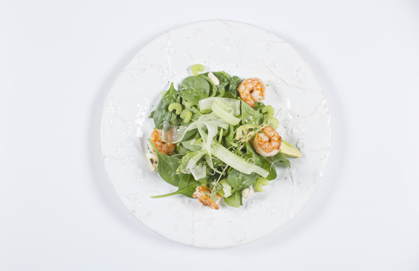 Шпинат Белая Дача с авокадо, сельдереем и креветками, заправленный имбирным соком и оливковым маслом