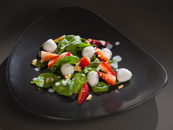 Нежный салат со шпинатом, клубникой и орехами