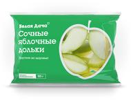 Свежее сочное яблоко, нарезанное дольками.