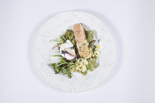 Монпелье Белая Дача с паровым лососем и яйцом Пашот