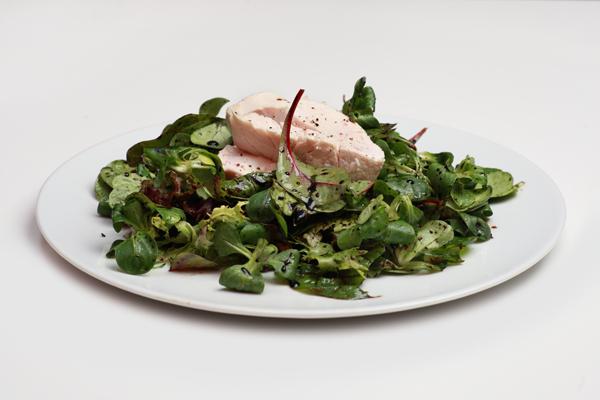 Сваренная на низких температурах куриная грудка с листьями салата в бальзамическом соусе