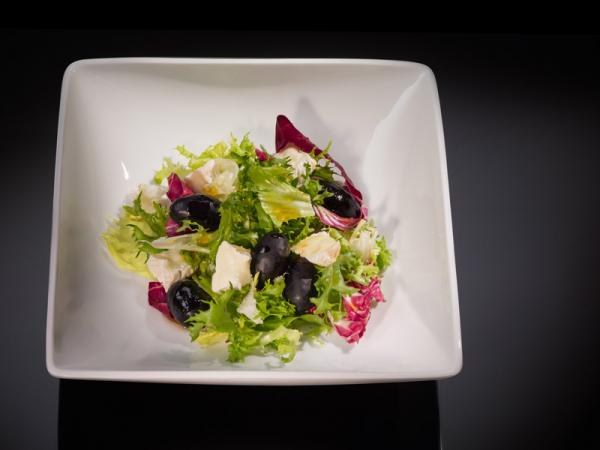 Салатная смесь «Аликанте» с маслинами, овечьим сыром и испанской заправкой