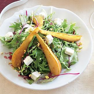 Салат с грушами, сыром и гранатовой заправкой